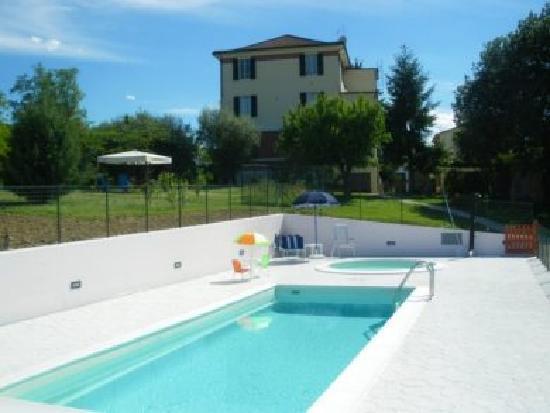 Agriturismo Dolci Marche: piscine e casa