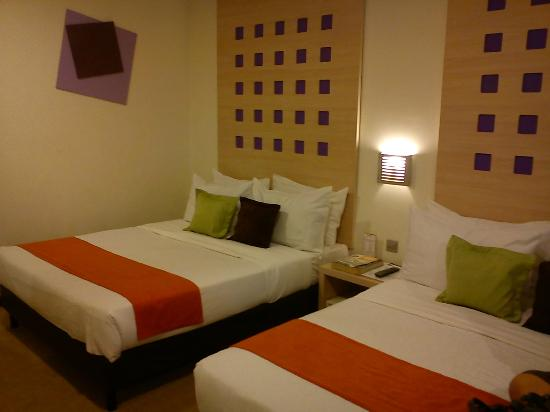 360 Xpress Citycenter Kuching : big room with  comfortable  bed.