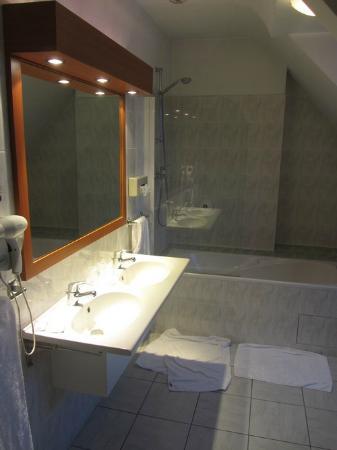Inter-Hotel Manche Ocean : Our bathroom