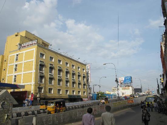 Taj Mahal Hotel: Hotel by the flyover