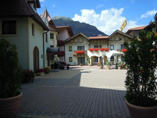 Hotel Castello Falkner: corte