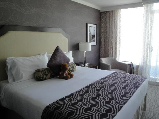 Pinnacle Hotel At The Pier : King bed in studio room