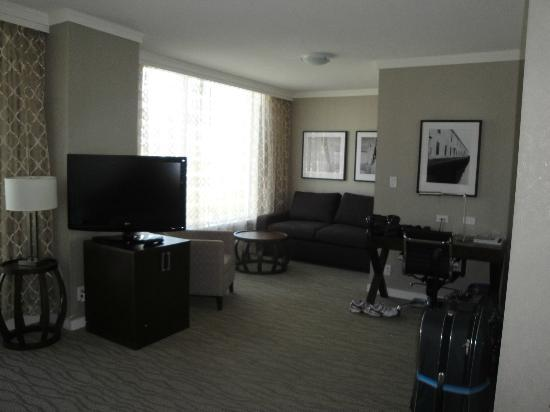 Pinnacle Hotel At The Pier: Living room and den area of the studio room
