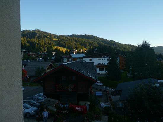 Chalet-Hotel Alpina: vue en soirée de la chambre