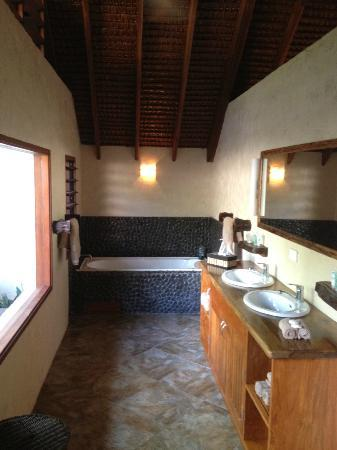 Lope Lope Lodge: Very relaxing bathroom..great tub for a soak