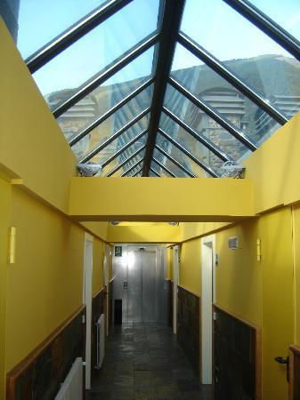 Aparthotel Shusski: Techo de cristal 4ª planta, una sauna en verano.