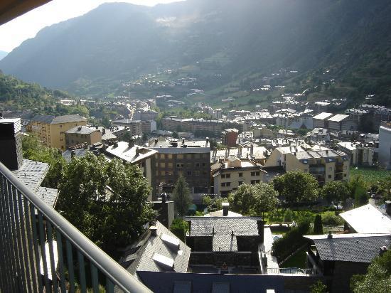 Aparthotel Shusski: Vista de Encamp desde la terraza de la habitación