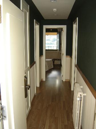 Aparthotel Shusski: Pasillo de entrada