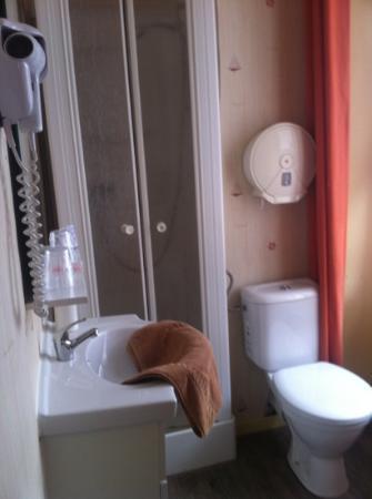 Hotel de La Cloche: bagno minuscolo e mal ridotto!