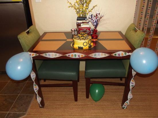 Residence Inn Auburn: Table