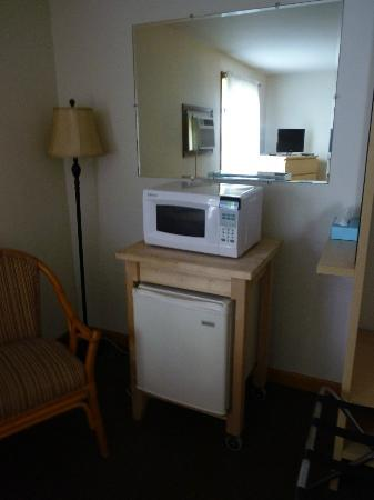 White Anchor Inn: Microwave and small fridge