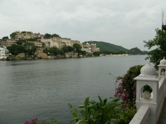 Lake Pichola Hotel: View of lake Pichola from terrace