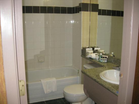 Executive Hotel Vintage Park: Bathroom of Room 805
