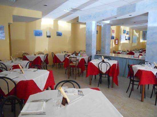 Hotel Ulisse : La sala ristorante preparata a festa per Ferragosto!