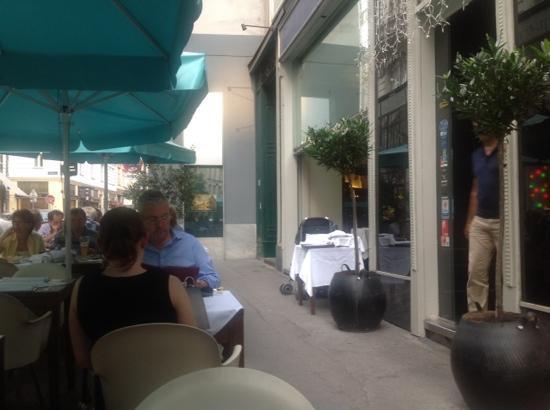 Restaurant Orpheus: nice outside dining area on trottoir