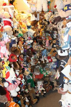 Teddy Bear Town : LOTS and LOTS of bears!