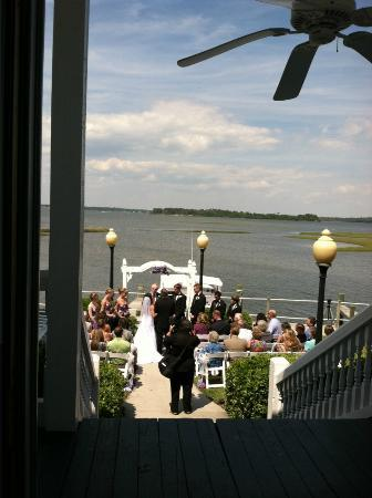 White Oak River Bistro: Wedding Ceremony at the seawall
