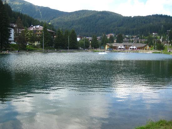 Hotel Chalet del Brenta: passeggiata lungo il lago vicino l'hotel