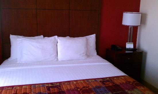 Residence Inn Long Beach Downtown: Bed with plenty of pillows