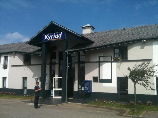 Kyriad Dieppe: Exterior view. 24 hour check-in machine to right of door.