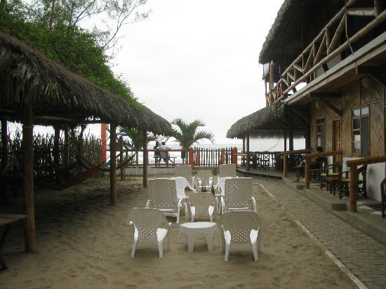 Hanga Roa Hostal: beach is straight ahead
