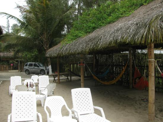 Hanga Roa Hostal: chairs and hammocks