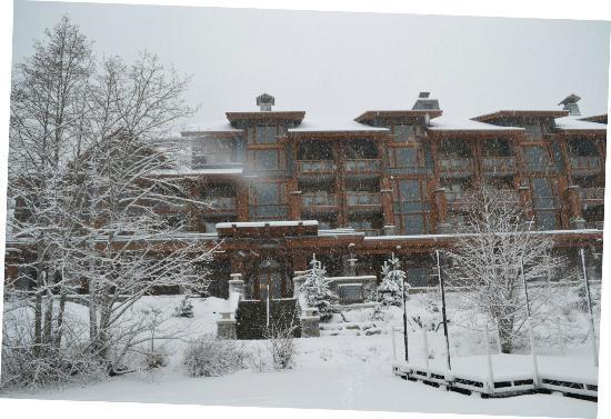 Nita Lake Lodge: El hotel desde el lago congelado