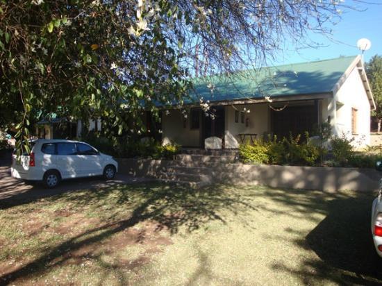 """Country Lane Lodge: Uitzicht op de """"vrijstaande"""" kamers"""