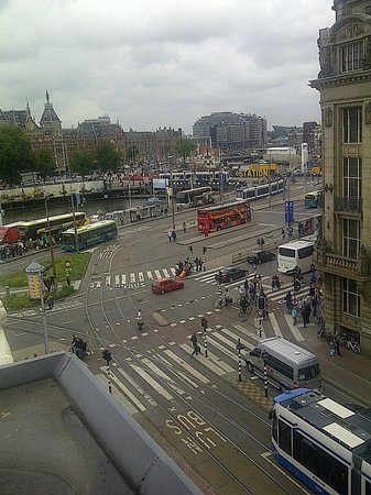 Ibis Styles Amsterdam Central Station: View of Central Station from the room on the top floor