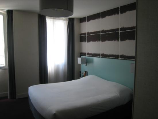 Logis Le Central Hôtel & Restaurant : Comfortable double bed