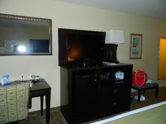 Holiday Inn Express Columbus - Dublin: Mini-fridge, microwave & coffee maker all in the entertainment center