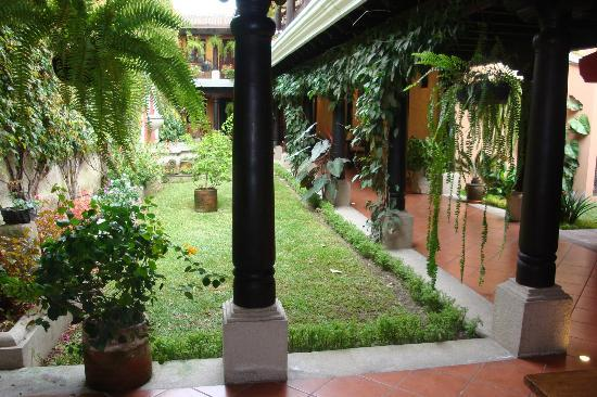 Hotel Meson del Valle: Beautiful garden and fountain