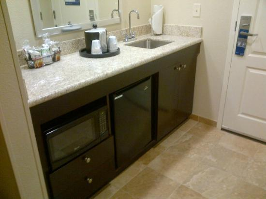 Hampton Inn & Suites Yonkers: microwave and fridge
