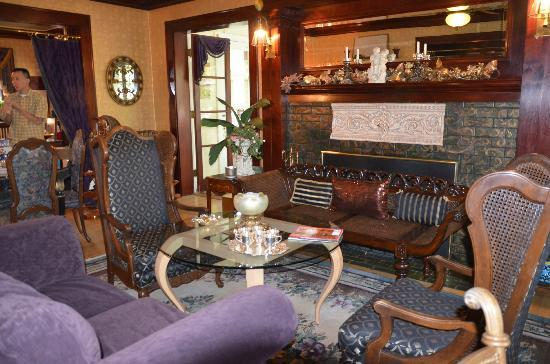 The Carolina Bed & Breakfast: Living room in the house