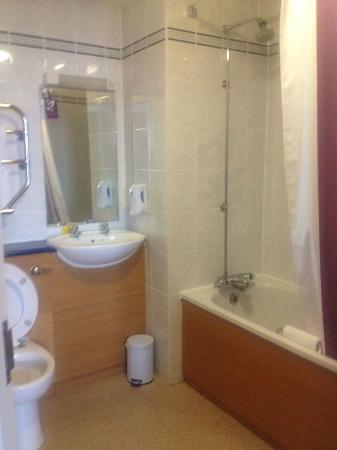 Premier Inn Brighton City Centre Hotel: Standard bathroom, decent water pressure on shower