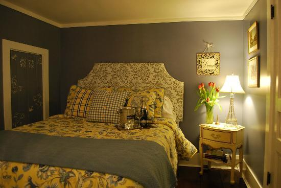 Applesauce Inn Bed & Breakfast: Classic charm Carmel Room