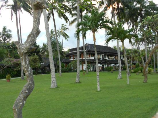 Candi Beach Resort & Spa: Lawn/Garden