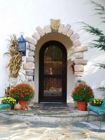 Glenlaurel, A Scottish Inn & Cottages: Manor House entrance in autumn
