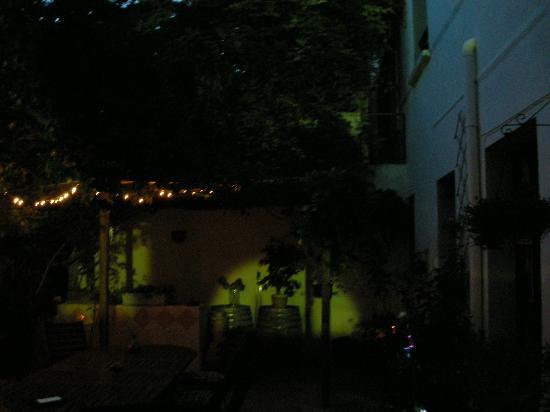 Les cordeliers : Patio interior, por la noche.