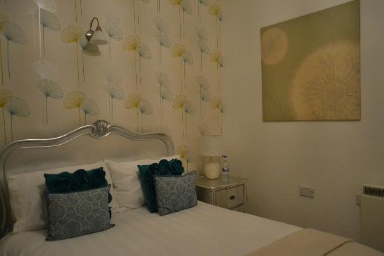 Ty Croeso Bed & Breakfast: Luxurious bedroom - beautiful decor