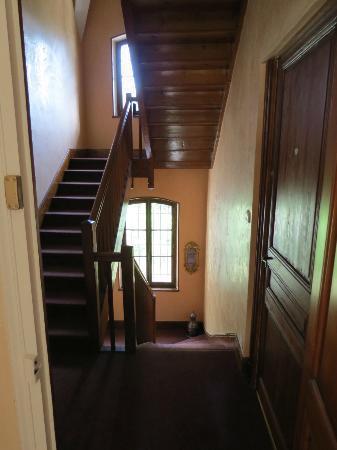 Le Manoir des Alberges : Escaliers desservant les chambres