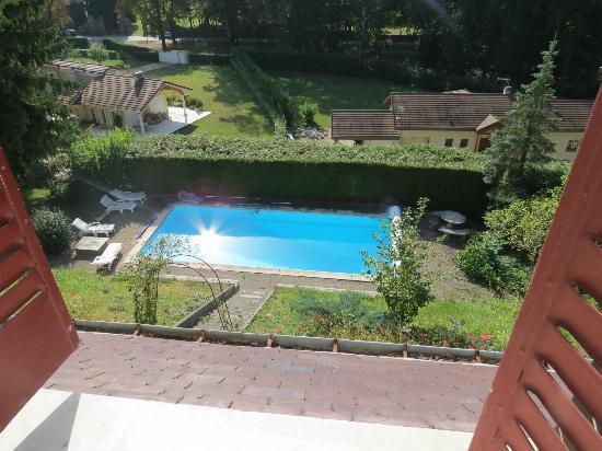 Le Manoir des Alberges : La piscine vue de la chambre ALBA