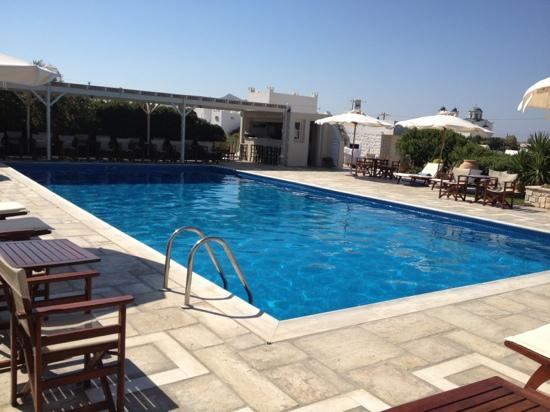 Kallisti Rooms & Apartments: Très grande piscine + Bar