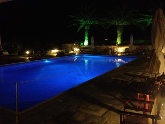 Kallisti Rooms & Apartments: Piscine de nuit très belle