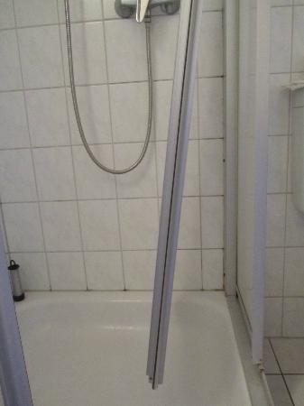 Hotel & Restaurant Am Bodden: Die Duschkabine - nur kaputt, nichts weiter
