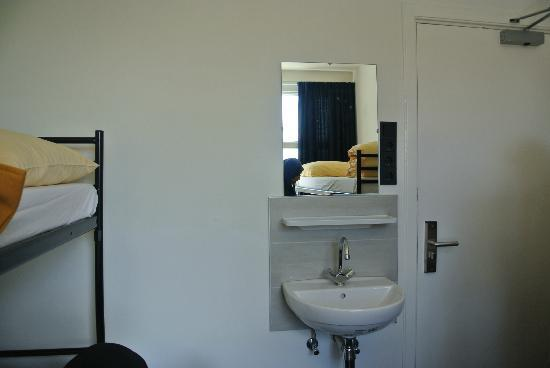 Amigo Budget Hostel: Sink inside the room