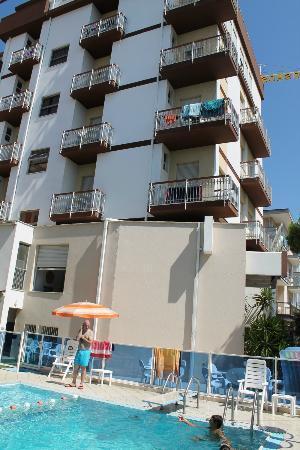 Mare bagno emilio 110 foto di hotel cosmos rimini - Hotel rivazzurra con piscina ...