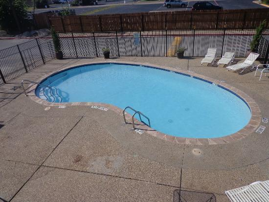 Red Roof Inn Arlington: The Knights Inn swimming pool