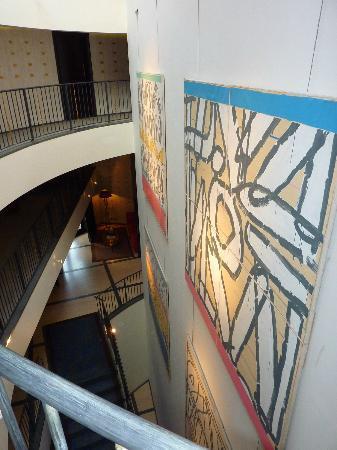 Hotel Square: Coursives avec tableaux d'art au mur