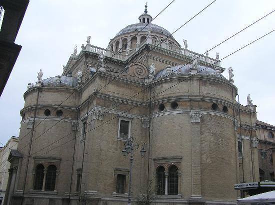 Parma, Italy: esterno: ingresso e una delle absidi